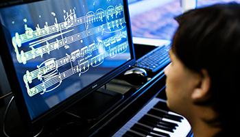 musikundervisning, store inverterede noter på skærm