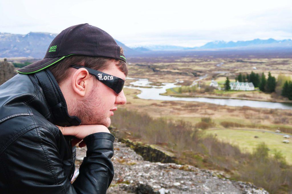 Stu-elev på studietur til Island, kigger ud over landskab og bjerge